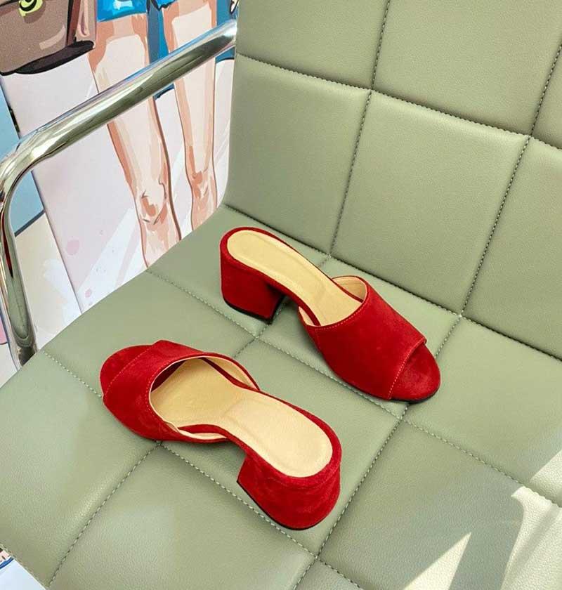 Акция Красные шлепки из натуральной замши на каблуке открытый носок