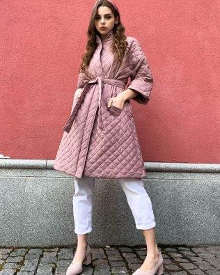 Куртка осенняя безрукавка стеганная с поясом цвета пудра