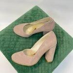 Туфли пудровые на высоком и толстом каблуке замшевые