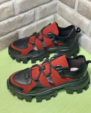 Женские кроссовки черно- красного цвета из натуральной кожи