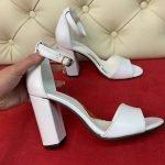 Элегантные белые босоножки на устойчивом каблуке