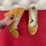 Туфли замшевые горчичные на высоком и толстом каблуке кожаные