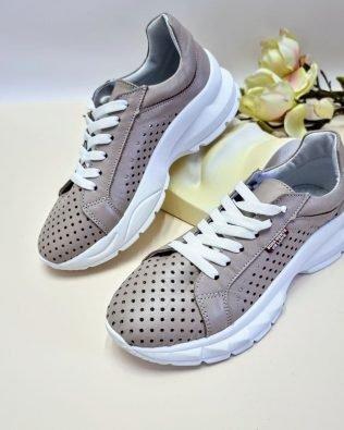 Кожаные кроссовки со сквозной перфорацией цвета мокко