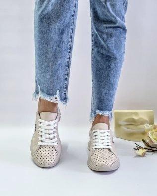 Кожаные кроссовки со сквозной перфорацией бежевого цвета