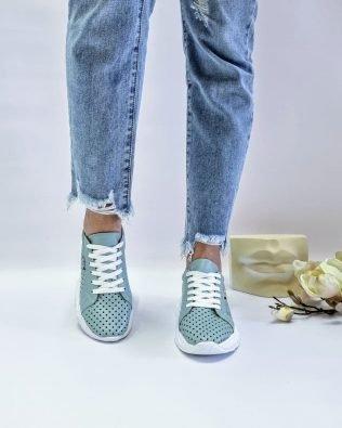 Голубые кожаные кроссовки со сквозной перфорацией