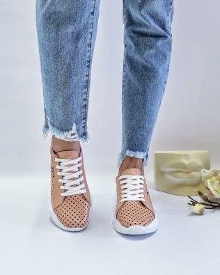Бежевые кожаные кроссовки со сквозной перфорацией