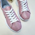 Розовые кожаные кроссовки со сквозной перфорацией