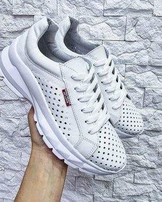 Кожаные кроссовки со сквозной перфорацией белого цвета