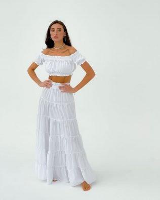 Длинная белая летящая юбка и топ с открытыми плечами