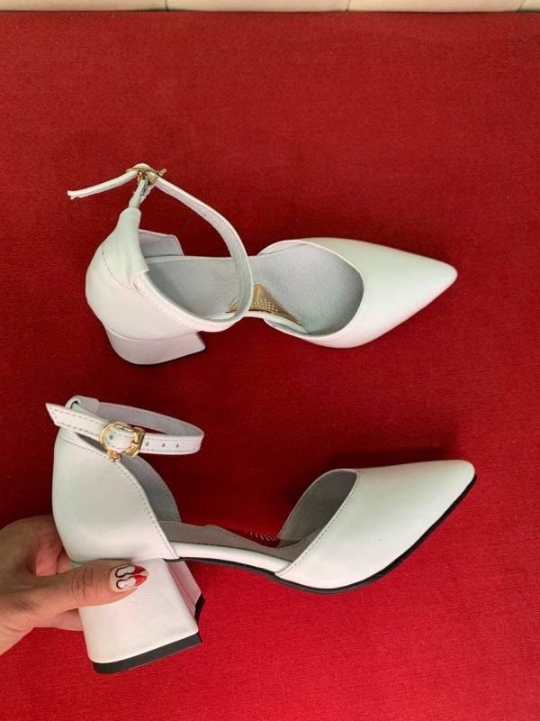 Белые кожаные босоножки на каблуке