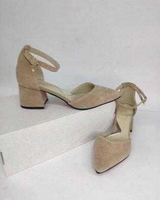 Босоножки бежевые замшевые на среднем каблуке с острым закрытым носком