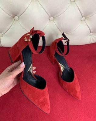 Босоножки красные на среднем каблуке с острым закрытым носком из натуральной замши