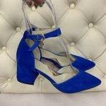 Босоножки ярко синего цвета на среднем каблуке с острым закрытым носком из натуральной замши