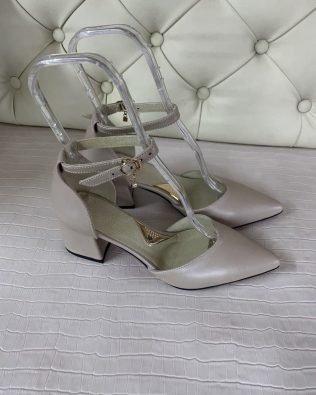 Женские босоножки бежево- серые на каблуке 6 см с острым носком из натуральной кожи