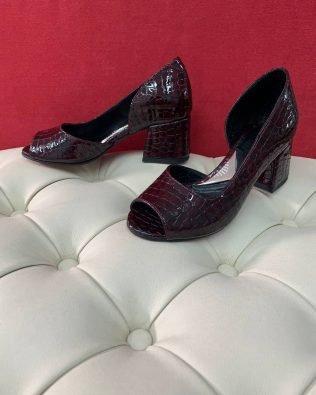 Лаковые туфли бордовые открытый носик на не высоком каблуке с тиснением под питон