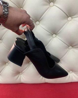 Черные кожаные туфли с открытой пяткой и острым носком на удобном каблуке