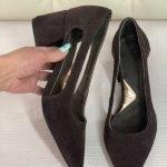Туфли шоколадного цвета с прорезями, средний каблук из натуральной замши