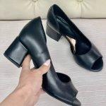 Черные кожаные туфли на среднем каблуке с открытыми пальчиками