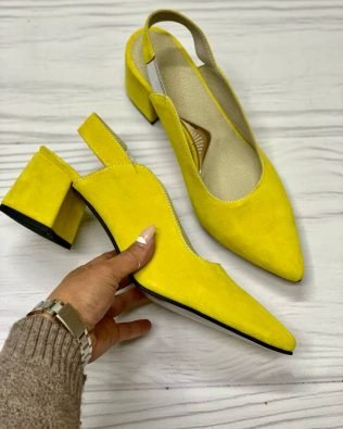 Желтые замшевые туфли с открытой пяткой и острым носком на удобном каблуке