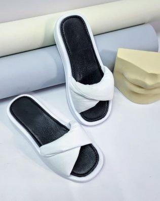 Шлепки кожаные дутые белого цвета