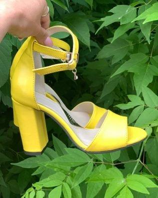 Желтые босоножки на высоком устойчивом каблуке из кожа