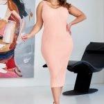 Розовое трикотажное миди платье с вырезом майка большого размера купить