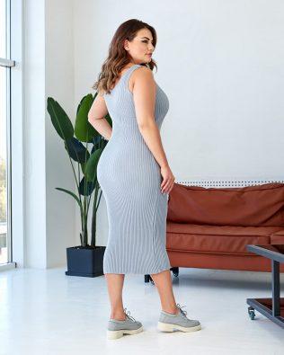 Серое трикотажное миди платье с вырезом майка большого размера купить
