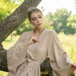 Дизайнерское кимоно из льна бежевого цвета с широким рукавом