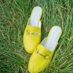 Желтые мюли с закрытым носом на плоской подошве из натуральной кожи купить