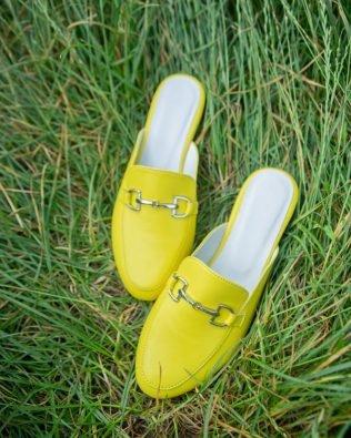 Мюли на плоской подошве с закрытым носом и пряжкой желтые