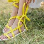Желтые сандалии из натуральной кожи с веревками на щиколотке — шнуровка