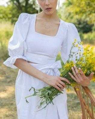 Белый костюм из льна с юбкой на запах и топом пышные рукава фонарик