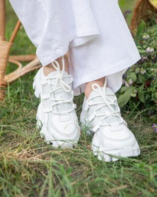 Белые кроссовки на крупной подошве женские модные