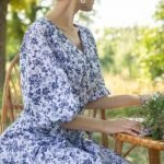 Бело голубое платье с рисунком под гжель летнее с очень пышным рукавом