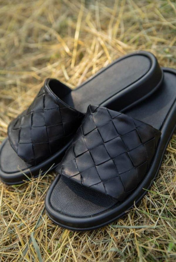 Купить черные шлепанцы без каблука плетеные из натуральной кожи