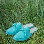 Шлепки-мюли голубого цвета с бантом и закрытым носком для женщин