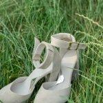 Песочные босоножки из замши на высоком толстом каблуке