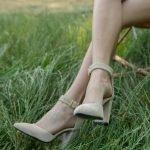 Купить замшевые босоножки с закрытвм носком бежевые