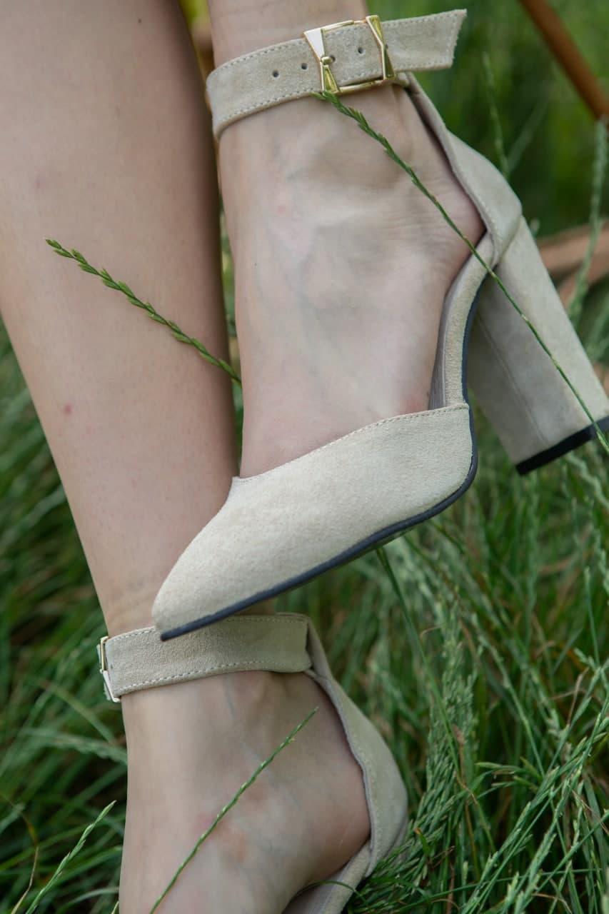 Песочные замшевые босоножки на высоком каблуке купить