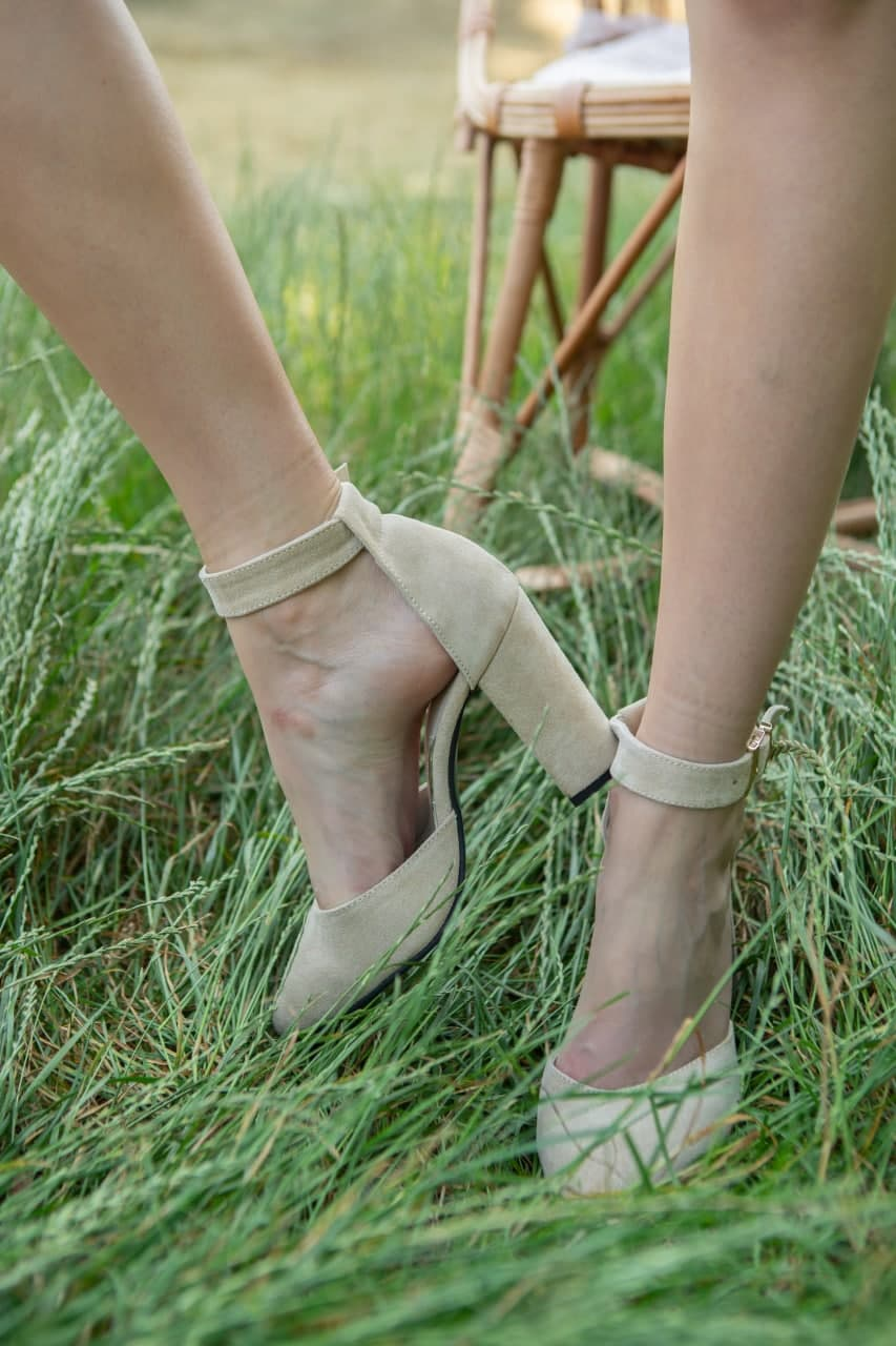Купить бежевые босоножки с ремешком на высоком каблуке