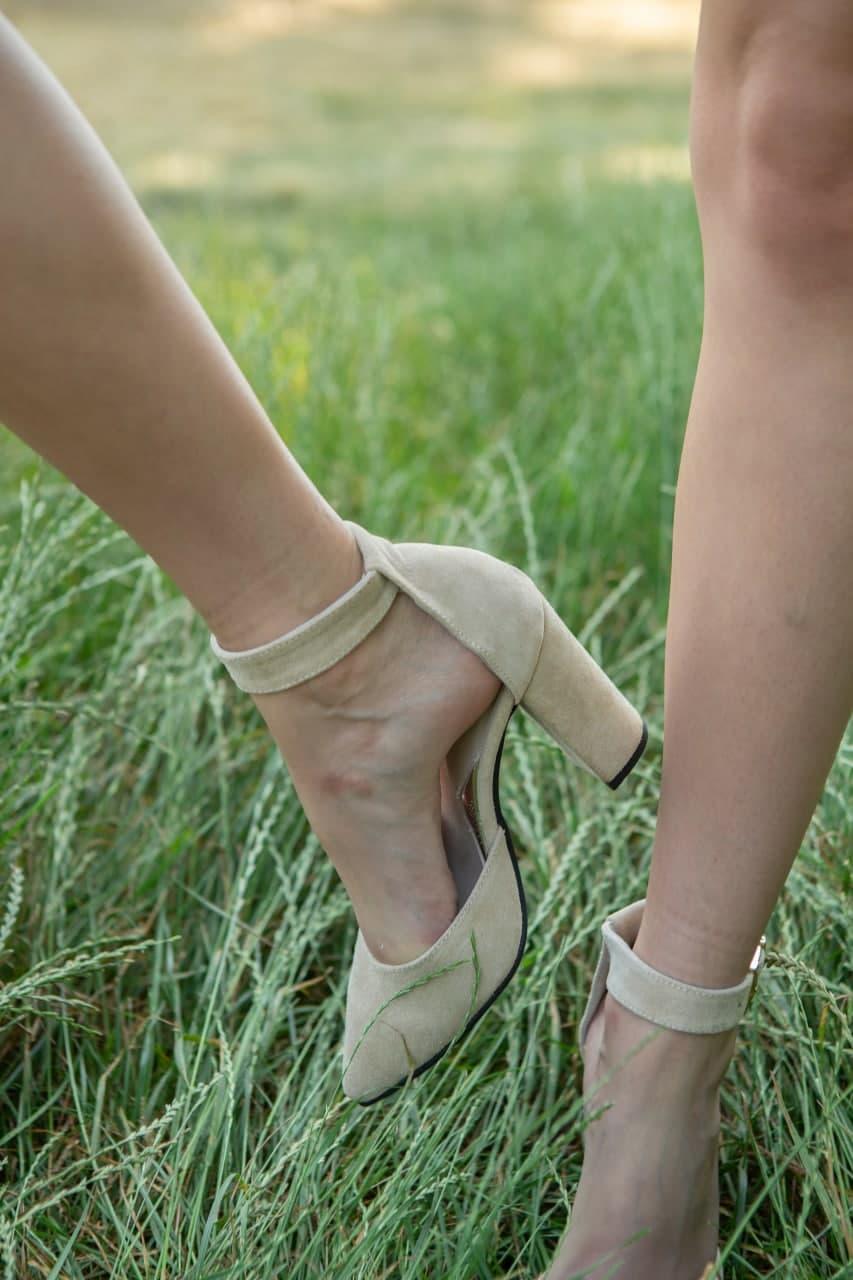 Босоножки из замши бежевого цвета на высоком каблуке