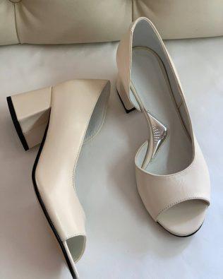 Туфли-лодочки бежевого цвета на среднем каблуке с открытыми пальчиками