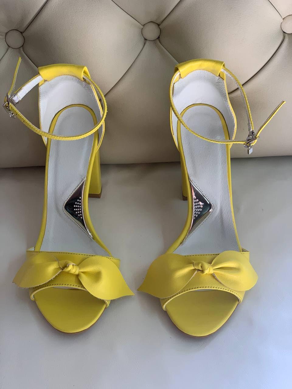 Купить желтые босоножки кожаные с бантиком
