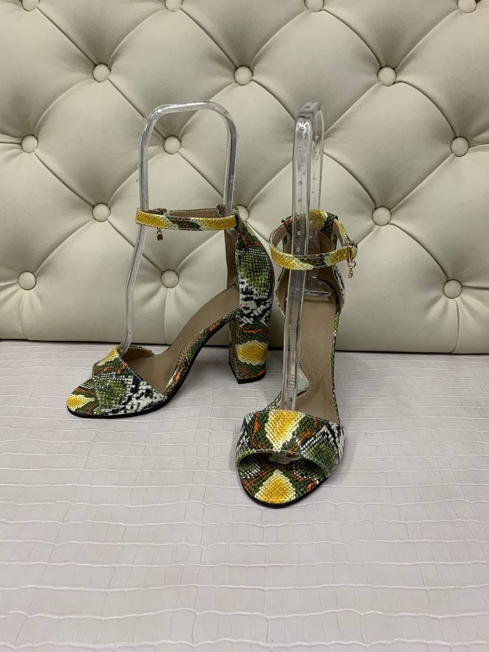 Босоножки в цвете питон на высоком каблуке из натуральной кожи купить