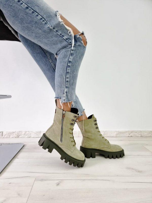 Замшевые ботинки на тракторной подошве оливкового цвета