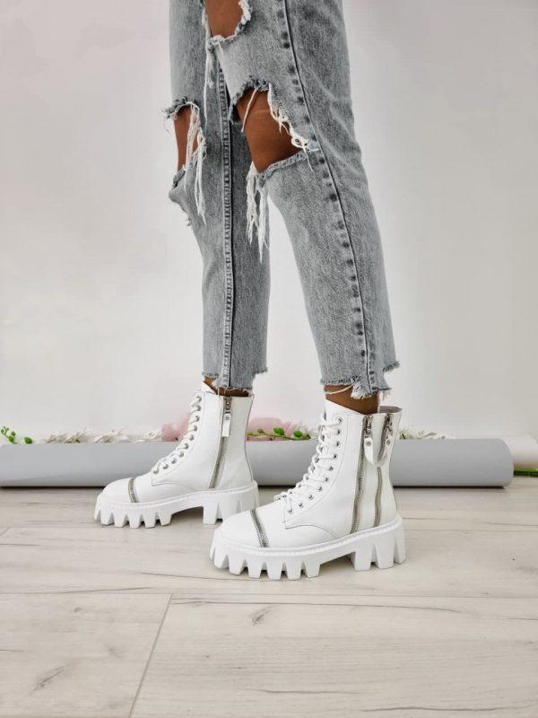 Белые ботинки кожаные с массивной подошвой украшеные молниями,средняя длина купить