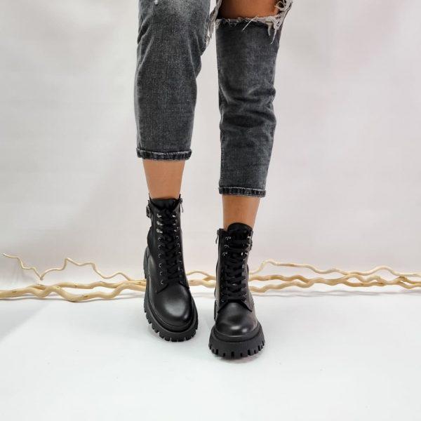 Купить женские ботинки черного цвета из гатуральной кожи на массивной подошве женские