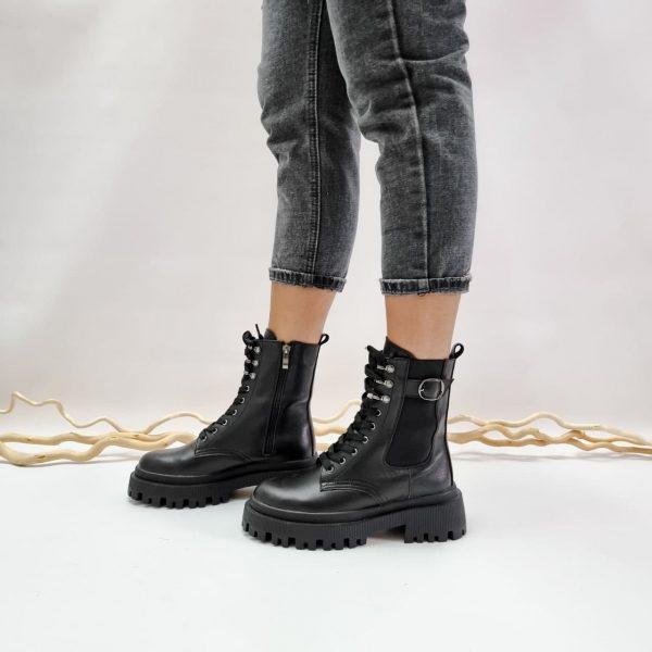 Черные ботинки на массивной подошве со шнурками