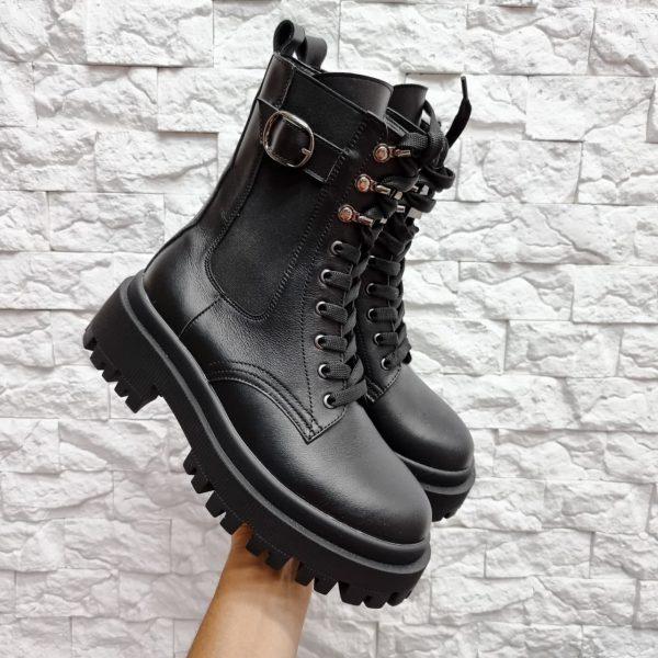 Черные ботинки на крупной подошве со шнуровкой