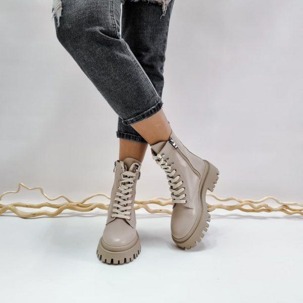 Кожаные женские ботинки средней длины со шнурками на массивной подошве купить